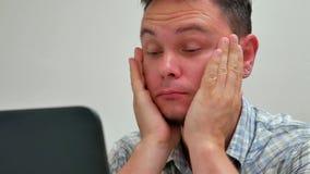 Trabalhador da ansiedade da tristeza e da depressão no lugar de trabalho vídeos de arquivo