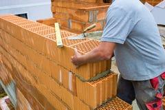 Trabalhadores da construção em um canteiro de obras fotos de stock
