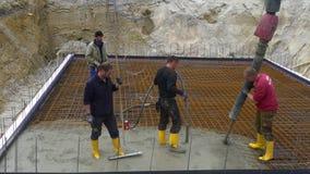 Trabalhador da construção ao concreting uma construção da laje da base da fundação video estoque