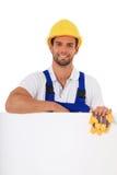Trabalhador da construção atrás do sinal branco em branco Fotografia de Stock Royalty Free