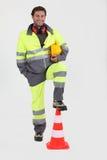Trabalhador da construção com cone fotografia de stock