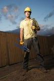 Trabalhador da construção com cortadores e corrente de parafuso Foto de Stock