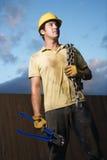 Trabalhador da construção com cortadores e corrente de parafuso fotos de stock