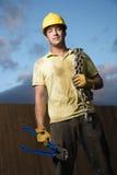 Trabalhador da construção com cortadores e corrente de parafuso imagens de stock