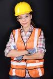 Trabalhador da construção com a engrenagem da segurança no preto fotografia de stock royalty free