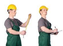 Trabalhador da construção do homem com notas imagens de stock royalty free