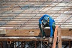 Trabalhador da construção dos povos no canteiro de obras Foto de Stock