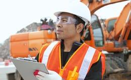 Trabalhador da construção e máquina escavadora Foto de Stock Royalty Free