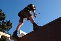 Trabalhador da construção elevado acima fotografia de stock royalty free