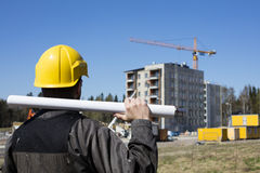 Trabalhador da construção em macacões sujos e um capacete amarelo em Finlandia Fotos de Stock Royalty Free
