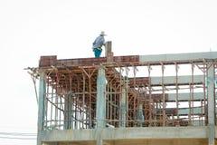 Trabalhador da construção em um andaime fotos de stock