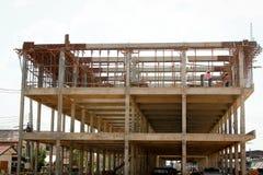 Trabalhador da construção em um andaime foto de stock