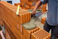 Trabalhador da construção em um local do trabalho Fotos de Stock