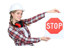 Trabalhador da construção fêmea com sinal fotos de stock