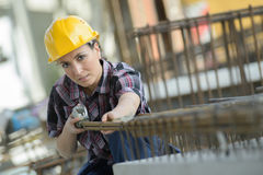 Trabalhador da construção fêmea feliz do retrato imagem de stock