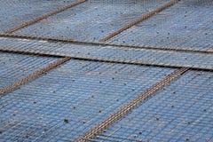 Trabalhador da construção no canteiro de obras Estrutura de telhado, construção imagens de stock