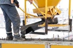 Trabalhador da construção no concreto Foto de Stock Royalty Free