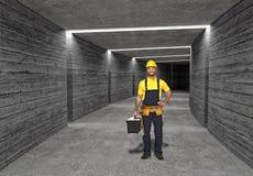 Trabalhador da construção no fundo concreto do túnel Fotografia de Stock Royalty Free