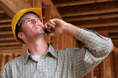 Trabalhador da construção no telefone Fotos de Stock