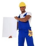 Trabalhador da construção preto que prende o sinal em branco Foto de Stock Royalty Free