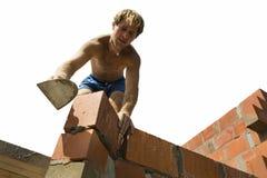 Trabalhador da construção que constrói uma parede Fotografia de Stock Royalty Free