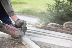Trabalhador da construção que corta uma coluna concreta reforçada imagens de stock
