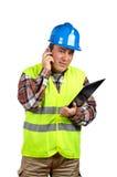 Trabalhador da construção que fala com telefone de pilha Fotografia de Stock Royalty Free