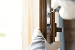 Trabalhador da construção que instala a janela na casa Trabalhador manual que fixa a janela com chave de fenda imagem de stock