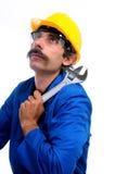 Trabalhador da construção que olha para cima Fotografia de Stock Royalty Free