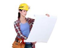 Trabalhador da construção que olha plantas fotografia de stock royalty free