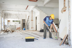 Trabalhador da construção que trabalha no local Fotos de Stock Royalty Free