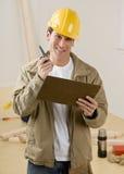 Trabalhador da construção que usa o Walkietalkie Fotografia de Stock