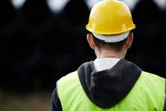 Trabalhador da construção que usa a tabuleta digital imagens de stock