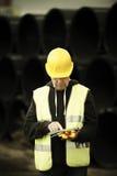 Trabalhador da construção que usa a tabuleta digital fotos de stock