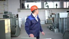 Trabalhador da construção que usa a tabuleta digital no local de trabalho Lento-movimento video estoque
