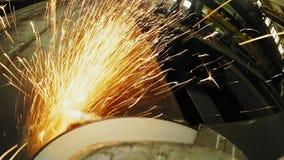 Trabalhador da construção que usa um moedor de ângulo produzindo muitas faíscas vídeos de arquivo