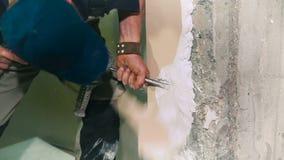 Trabalhador da construção que usa uma broca de martelo vídeos de arquivo