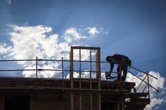 Trabalhador da construção Silhouette no telhado imagens de stock