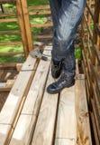 Trabalhador da construção Standing By Drill no empilhado Imagens de Stock Royalty Free