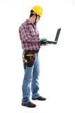 Trabalhador da construção Using Laptop Fotos de Stock