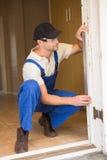 Trabalhador da construção Using Spirit Level Fotografia de Stock
