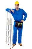 Trabalhador da construção com escada de etapa Foto de Stock