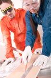 Trabalhador da construção que faz a medição Fotografia de Stock Royalty Free
