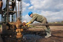Trabalhador da empresa petrolífera no poço Fotografia de Stock Royalty Free