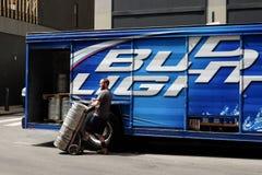 Trabalhador da entrega com tambores de cerveja Imagens de Stock Royalty Free