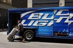 Trabalhador da entrega com tambores de cerveja Fotografia de Stock