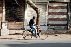 Trabalhador da manhã no ciclo - Índia Foto de Stock Royalty Free