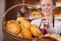 Trabalhador da padaria que guardara a cesta do pão Imagens de Stock Royalty Free