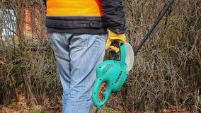 Trabalhador da paisagem com o cortador do arbusto em exterior vídeos de arquivo