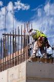 Trabalhador da parede elevada de encontro à nuvem Foto de Stock